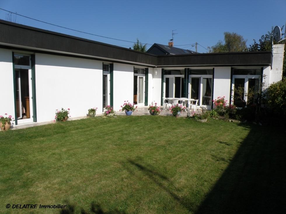 l'agence immobilière de Mont Saint Aignan village a une Maison de plein pied de 105m² habitables à vendre .  il y a un garage, unjardin clos. vous trouverez aussi une Entrée,une cuisine équipée, un grand séjour avec une cheminée, troischambres,une salle de bain ,une salle de douche. elle est Plein sud .