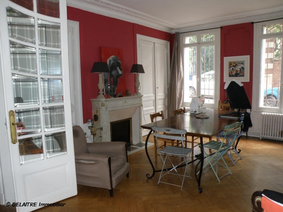 il y a à acheter une Maison anciennede 190 m² habitables avec un jardin.  elle offre une Entrée,un grand séjour, cinqchambres, unbureau, une salle de bain, une salle de douche.   son Chauffage est au gaz et lesParquet anciens ,les moulures ancienneset lescheminée. sont coservées.  elle est à vendre 469000 €uros.