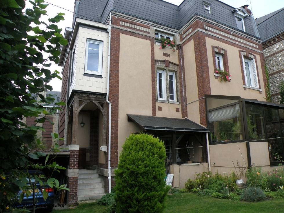 Situé à Rouen St Gervais, cette maison ancienne indépendante de 190m² avec stationnement et jardinest à vendre .  elle offre une Entrée, un séjour salon avec cheminée, une cuisine, six chambres, une salle de bains, une salle de douches. Elle est Au calme,en bon état.
