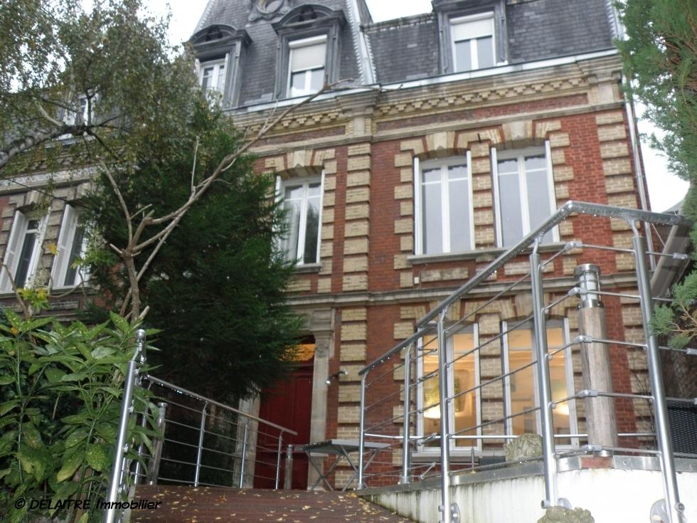 l'agence immobilihère de Rouen gare propose à vendre , une Maison ancienneavec une terrasse et un garage.  Vous trouverez une Entrée, une cuisine équipée,uncoin repas, un séjour et unsalon avec cheminée, cinq chambres, un bureau,une salle de douche, une salle de bain, trois wc. elle est Plein sud etau calme.