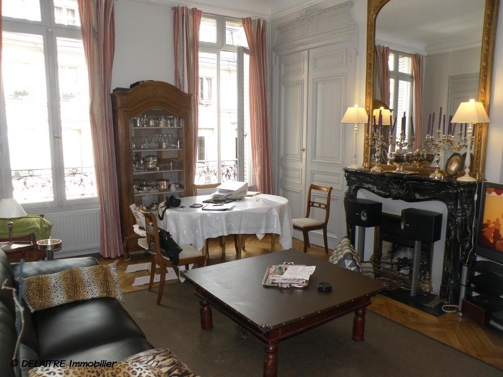il y a vendre à Rouen gare, un appartement anciende 81m² avec une cave.ilcomprend une Entrée, une grande réception avec cheminée, deux chambres, une cuisine équipée,une salle de bains. son Chauffage est individuel au gaz.  les Parquets etmoulures anciennes sont en Trés bon état.