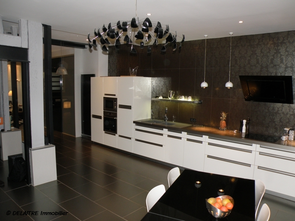 il y a un loft contemporain de 140 m² habitables a vendre dans le centre de rouen rive droite .  il comprend uneentrée,une grande cuisine équipée,une grande réception de 70 m², deux chambres, une salle de douche, deuxwc.Son Chauffage est individuel au gaz. il est a vendre 350 000 €uros