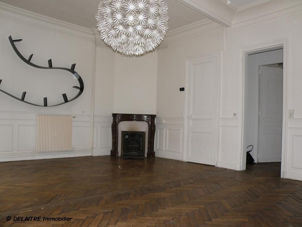 à vendre à Rouen rive droite , cet Appartement F3 propose unechambre, une entrée,un grand séjour salon avec cheminées, une cuisine équipée, une salle de bain avec fenêtre, et un wc indépendant. son Chauffage est individuel au gaz. les Parquets,les moulures et lescheminées sont restées..