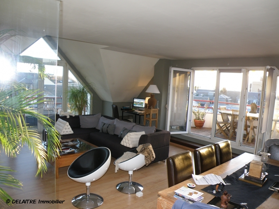 Place du vieux marché à rouen , l'agence immobilière de rouen a à vendre ungrand appartementavec une terrasses et un parking en sous sol.il mesure 180m² habitable . et il Comprend une réceptions, quatrechmabres, deuxsallesde bains, des rangements. il offre une Vue dégagée sur les toits de Rouen, il est exposé sud-ouest.